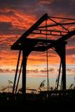 Sylwetka drawbridge w Holandia przeciw ognistemu czerwonemu niebu fotografia royalty free