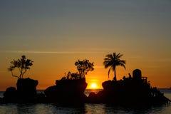 Sylwetka drzewka palmowe przy zmierzchem na wyspie Boracay, Filipiny Zdjęcia Stock