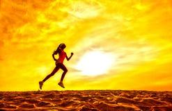 Sylwetka dziewczyna biegacza skutka filmy Zdjęcia Royalty Free