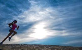 Sylwetka dziewczyna biegacza skutka filmy Zdjęcia Stock
