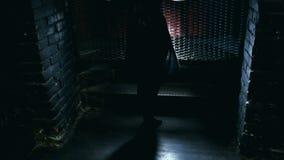 Sylwetka dziewczyna taniec na tła świetle zbiory wideo