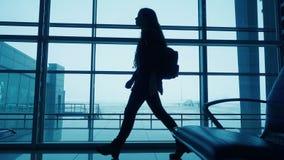 Sylwetka dziewczyny odprowadzenie na lotniskowym terminal zbiory