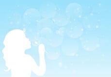 Sylwetka dziewczyny podmuchowy dandelion troszkę Fotografia Stock