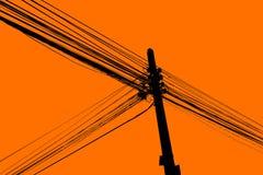 Sylwetka elektrycznego kabla obwieszenie na słupie Zdjęcie Royalty Free