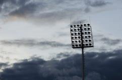 Sylwetka filaru raincloud i światło reflektorów Zdjęcie Royalty Free