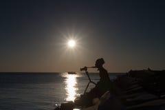 Sylwetka fotograf blisko zmierzch plaży obraz royalty free