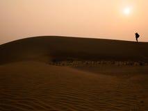 Sylwetka fotograf przy Thar pustynią w zmierzchu czasie Fotografia Royalty Free