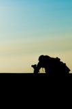 Sylwetka fotograf w niebieskim niebie Zdjęcia Stock