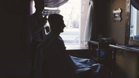 Sylwetka fryzjer męski i klient przed okno w zakładzie fryzjerskim zdjęcie wideo