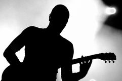 Sylwetka gitara gracz Cyan wykonuje przy FNAC festiwalem muzyki przy Palau Sant Jordi (zespół) Obraz Royalty Free