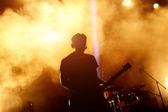 Sylwetka gitara gracz w akci na scenie Obrazy Royalty Free