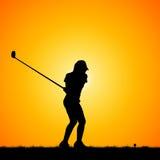 Sylwetka golfiści z zmierzchu tłem obrazy stock