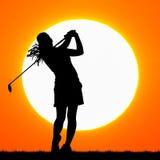 Sylwetka golfista z zmierzchem ilustracja wektor