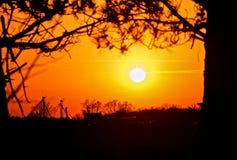Sylwetka Indiana gospodarstwo rolne przy zmierzchem fotografia royalty free
