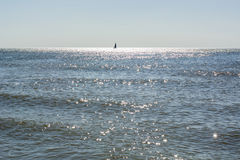 Sylwetka jeden żaglówka na morzu Fotografia Stock
