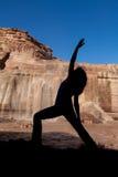 Sylwetka joga praktyka przy spadkami Fotografia Stock