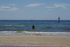 Sylwetka kąpielowicz w oceanie w Frankston Fotografia Royalty Free