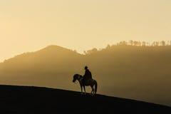 Sylwetka Końska jazda przy górą Bromo w Wschodnim Jawa, Indonesi Fotografia Royalty Free