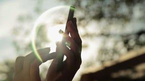 Sylwetka kobiet ręki z mądrze telefonem przy zmierzchem zbiory wideo