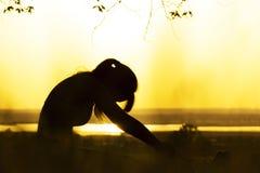 Sylwetka kobieta angażował w sprawności fizycznej w naturze przy zmierzchem, sport kobiety profilem pojęciem sport i relaksem, Obrazy Royalty Free