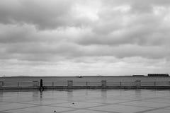 Sylwetka kobieta na Bulvar na morzu kaspijskim w Baku, kapitał Azerbejdżan Zdjęcia Royalty Free