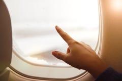 Sylwetka kobieta oddawał okno samolot zdjęcie stock
