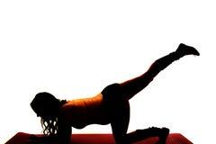 Sylwetka kobieta w ciąży ćwiczenie na kolanowej nodze up Zdjęcia Royalty Free