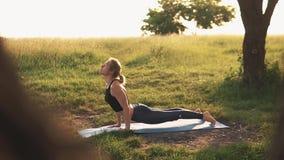 Sylwetka kobiety ćwiczy joga przy pięknym wschodem słońca zdjęcie wideo