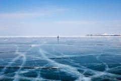 Sylwetka kobiety łyżwiarstwo na zamarzniętym Jeziornym Baikal Zdjęcia Royalty Free