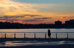 Sylwetka kobiety fotografuje zmierzch w Miasto Nowy Jork zdjęcie stock