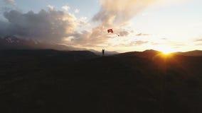 Sylwetka kobiety latająca kania przy zmierzchu czasem 4k zwolnione tempo zbiory wideo