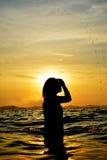 Sylwetka kobiety relaksuje na morzu Obraz Stock