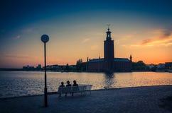 Sylwetka kobiety siedzi na ławce, Sztokholm urząd miasta, szwed obrazy stock