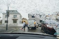 Sylwetka kobiety ulicy na śnieżnym dnia widoku od samochodu skrzyżowanie Obraz Royalty Free