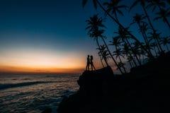 Sylwetka kochająca para na morzu obraz stock