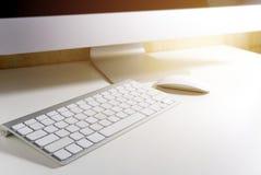 Sylwetka komputer i klawiatura z racą zaświecamy w offi Obrazy Stock