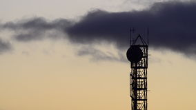 Sylwetka komunikacyjny wierza z anteną satelitarną i anteny przy wschodem słońca zdjęcie wideo