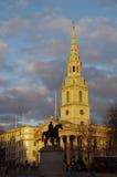 Sylwetka królewiątka George statua przed StMartin ` s kościół Fotografia Royalty Free