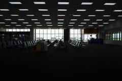 Sylwetka lotniskowy hol Dużo ludzie czeka podróż zdjęcie stock
