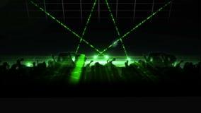 Sylwetka ludzie bawi się przy klubem z zielonymi światło lasera royalty ilustracja