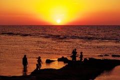 Sylwetka ludzie patrzeje morze Obrazy Royalty Free