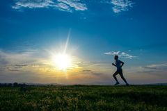 Sylwetka mężczyzna bieg na łące Obrazy Royalty Free