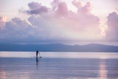 Sylwetka mężczyzna dalej SUP kipiel przy zmierzchem Piękny Seascape obraz royalty free