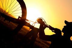 Sylwetka mężczyzna jedzie bicykl w polu Fotografia Royalty Free