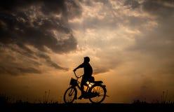 Sylwetka mężczyzna na bicyklu Fotografia Royalty Free