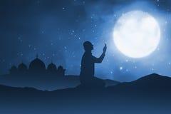 Sylwetka mężczyzna ono modli się bóg na piasek pustyni Fotografia Stock