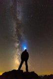 Sylwetka mężczyzna patrzeje gwiazdy Obrazy Royalty Free