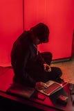 Sylwetka mężczyzna w nadokiennych typ w laptop z czerwonym tłem, Nobember 9, 2016 - wybory noc Zdjęcia Stock