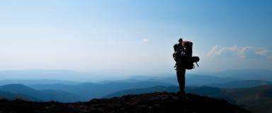 Sylwetka mężczyzna z dziecko synem w górzystych terenach Fotografia Royalty Free