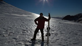 Sylwetka mężczyzna z narty deski pozycją na śniegu Zdjęcie Royalty Free